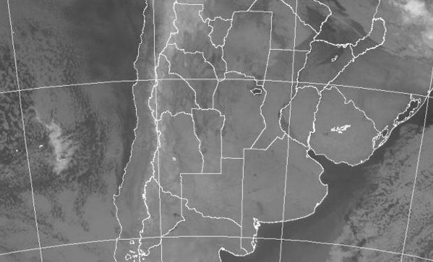 La foto satelital permite observar el extendido despliegue de cielos despejados, los cuales se interrumpen con nubes bajas en el oeste del NEA y el NOA.