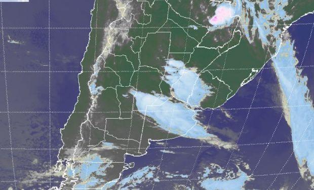 La foto satelital permite observar el despliegue de las coberturas nubosas.