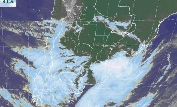 La foto satelital muestra como este primer sistema de mal tiempo se está desplazando hacia el este, a la vez que otra onda ingresa desde el oeste.