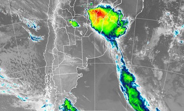 Se aprecia un importante área de tormentas sobre el noreste de Santa Fe, sur de Corrientes y el centro norte de Entre Ríos.