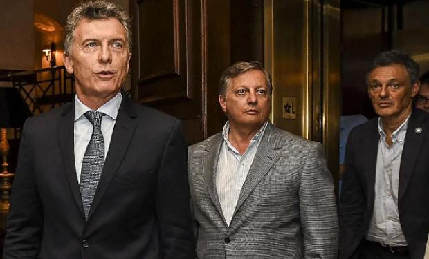 El presidente Mauricio Macri junto a Jose Aranguren (Energía) y Francisco Cabrera (Producción).