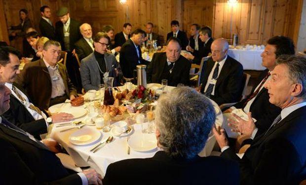 Macri y Massa (a la derecha), esta mañana en Davos, en un desayuno con empresarios.Foto:Presidencia.