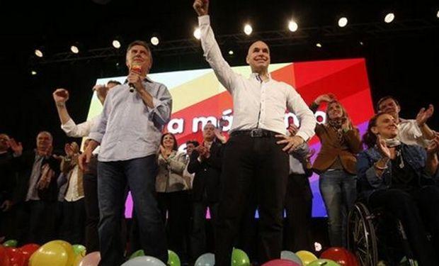 Rodríguez Larreta, en el centro, flanqueado por Macri y Michetti durante los moderados festejos de Pro, en Costa Salguero. Foto: Silvana Colombo.