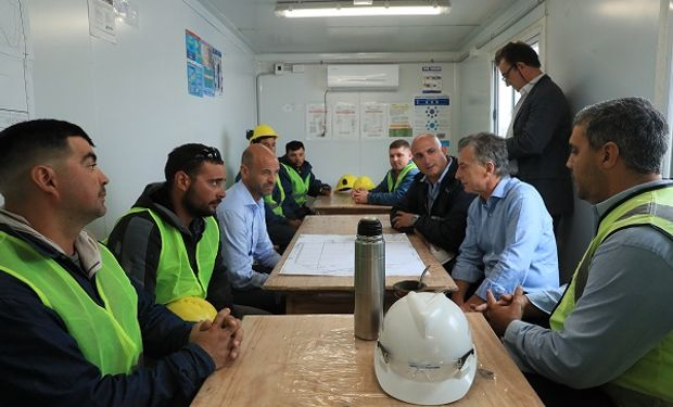 Macri saludó a los trabajadores que intervinieron en ese importante proyecto para el desarrollo de las economías regionales.
