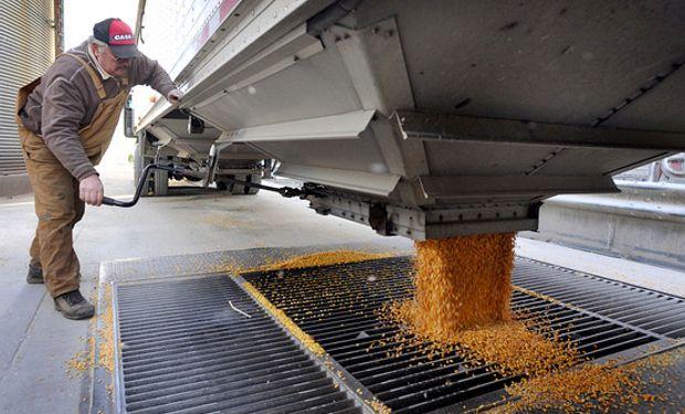 La retención de cosechas de Brasil y Argentina hace sufrir a grandes traders de granos.