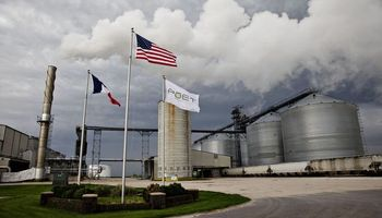 La producción de etanol en Estados Unidos cae a un mínimo histórico y arrastra al maíz