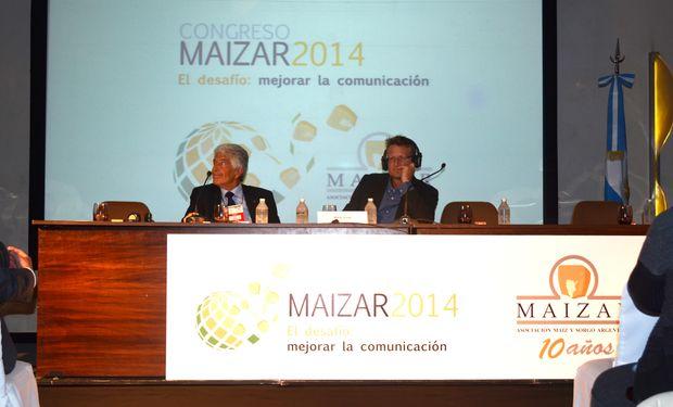 De izquierda a derecha: Gastón Fernández Palma (Moderador) y Mark Lynas