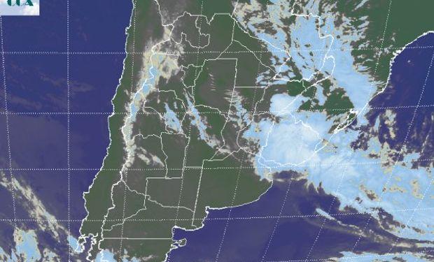La imagen satelital evidencia el desplazamiento hacia el este y noreste de las coberturas nubosas principales.