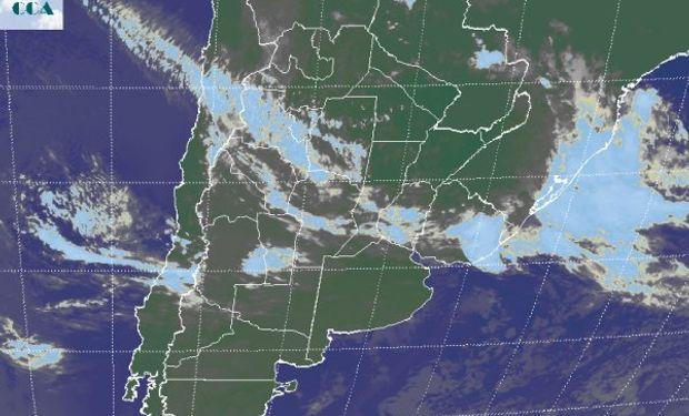 La foto satelital muestra toda la franja que incluye las provincias del centro, cubierta por nubes bajas.