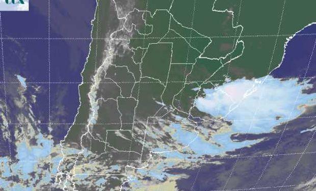 La foto satelital permite apreciar el tránsito de la principal nubosidad sobre la provincia de BA, con coberturas que también toman las provincias del centro pero con un desarrollo pobre.