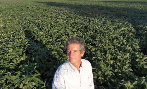 Gerardo Tessore, encargado de la producción de la empresa familiar, en un lote de soja en Potrero Norte. Este año enviaron el primer lote de la oleaginosa de este ciclo hacia Rosario.