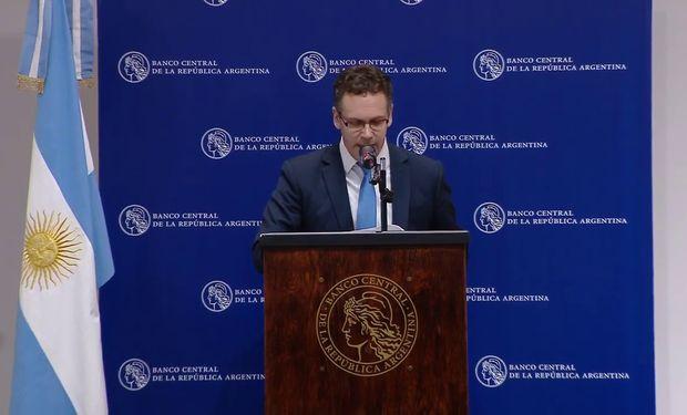 La norma del Banco Central de la República Argentina que regula los ingresos y los egresos en el mercado de cambios.