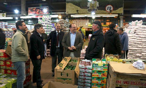 El secretario Ricardo Negri junto a parte de su gabinete durante la recorrida por las instalaciones del Mercado Central.