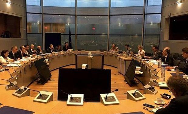 El intercambio de ofertas, ayer, en Bruselas. Foto: LA NACION / Twitter