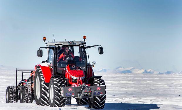 El tractor MF 5610 llevó a la conductora principal de la expedición Antartica2, la holandesa Manon Ossevoort
