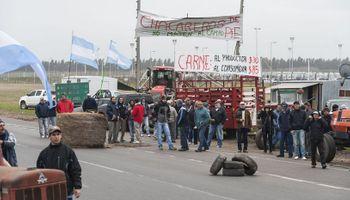 Cortan la ruta y protestan chacareros en Rosario