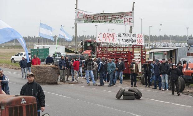 La protesta de productores de ayer, al sur de Rosario. Foto: LA NACION / Marcelo Manera