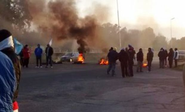 Ya hubo acuerdo pero los trabajadores de la empresa Cresta Roja cortan la Autopista Ezeiza – Cañuelas.