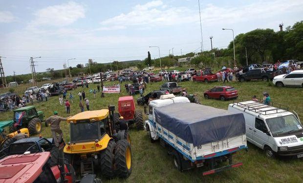 Masiva convocatoria de productores y fuerte presencia policial en el reclamo por la toma del campo de Etchevehere