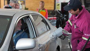 Los precios de los combustibles bajaron hasta 3,2% por la caída del dólar y el petróleo