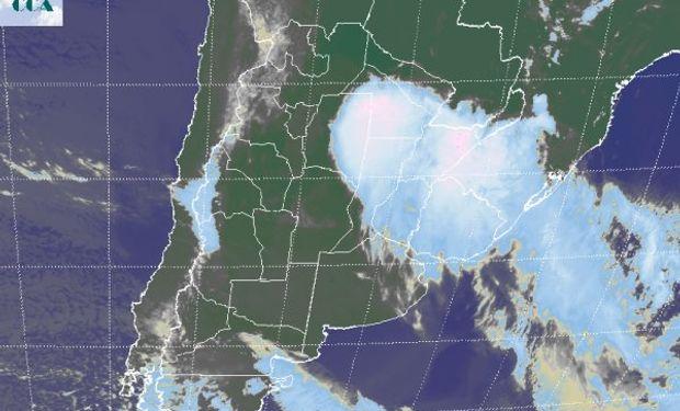 La imagen satelital posiciona las tormentas al oeste del domo central chaqueño, sobre la zona sojera algodonera y sobre el este de Santiago.
