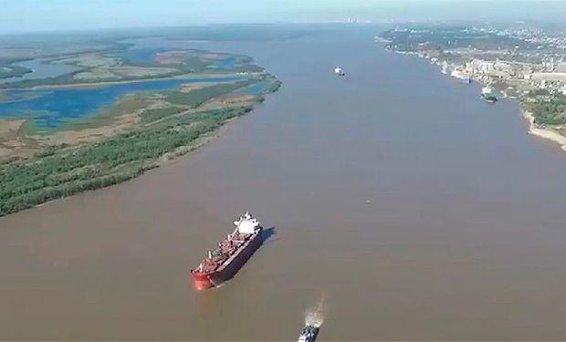 Un barco con 42 mil toneladas de harina de soja averió la proa y trabajan para evitar el ingreso de agua