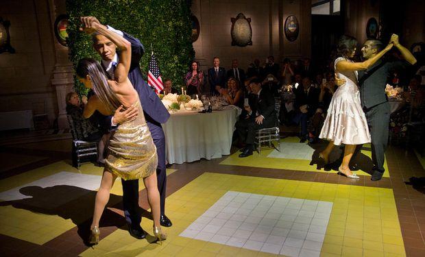 No se privó de nada y bailó con Mora Godoy.
