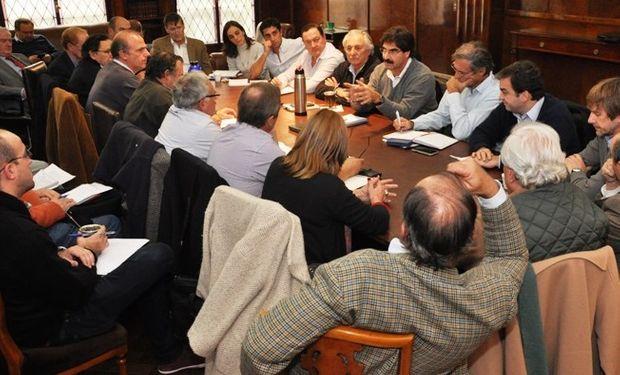 Buenos Aires: obras hidráulicas anunciadas por la Gobernadora, eje de la Mesa Agropecuaria Provincial.