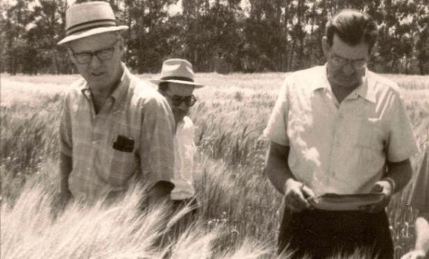 Norman Borlaug en una recorrida por el INTA.