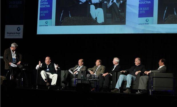 Panel integrado por representantes de los grupos de referencia.