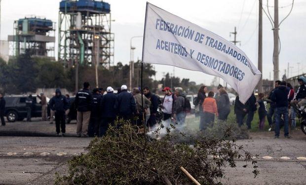 Uno de los piquetes armados ayer frente a una de las plantas aceiteras en San Lorenzo. Foto: Marcelo Manera