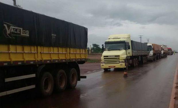La huelga de los camioneros está demorando la entrega de bienes y materias primas a lo largo del país.