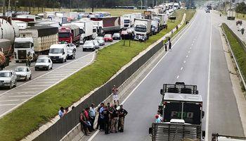 Con algunas aperturas, persiste huelga de camioneros en Brasil