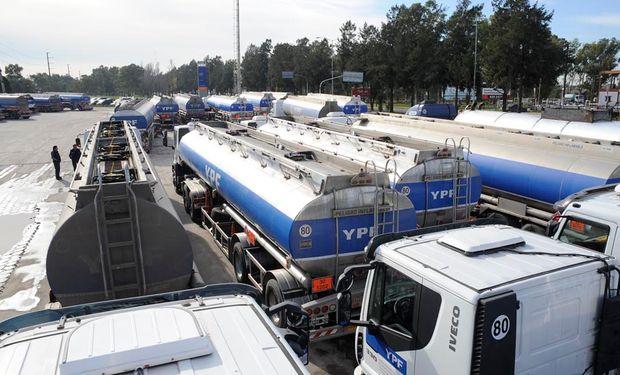 No pueden salir los camiones cisterna para proveer a las estaciones.