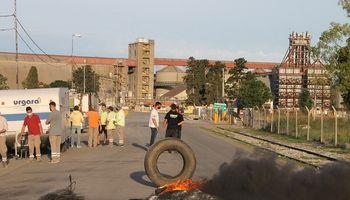 Pese a la convocatoria del Gobierno, se renovó el paro que afecta a los puertos