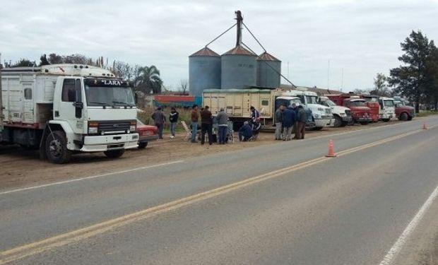 En rutas de Santa Fe, algunos choferes fueron obligados a descargar los granos.