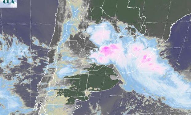 En el recorte de imagen satelital, se aprecian coberturas nubosas de importante desarrollo, tomando principalmente la provincia de Santa Fe.