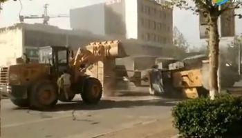Teléfono para Optimus Prime: insólita pelea entre excavadoras en una calle de China