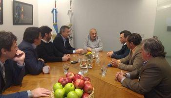 Productores de peras y manzanas comercializarán de forma directa en ferias barriales