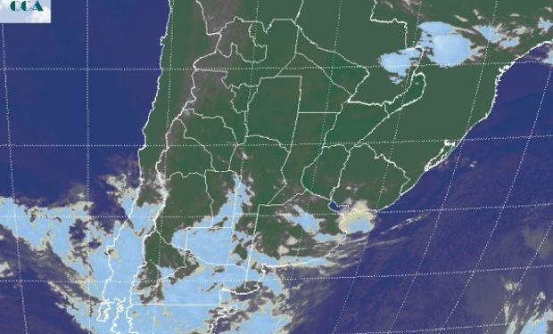 En la foto satelital se aprecia el tránsito de una perturbación por la Patagonia.