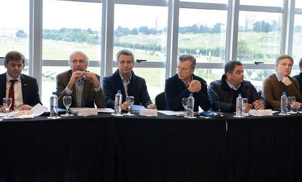 El ministro de Agroindustria de la Nación, Luis Miguel Etchevehere junto al presidente Mauricio Macri y el ministro de Trabajo, Jorge Triaca.