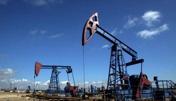 El petróleo alcanza los 52 dólares y roza máximos anuales
