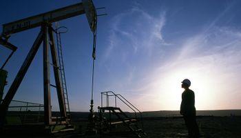 Petróleo, en caída libre: se desplomó el 4%, a u$s 63