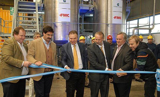 Corte de cinta durante la inauguración de las nuevas plantas.