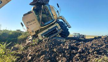 """El accidente de una cosechadora que quedó al borde del vuelco: """"Es una desidia de Vialidad"""""""