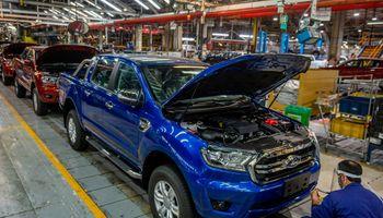 El Gobierno planea prohibir la fabricación de autos con motor a combustión para 2041