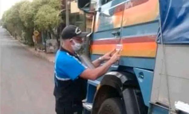 Maltrato a camioneros: denuncian que se precintan los camiones con los choferes adentro