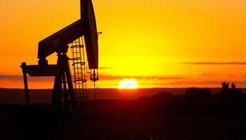 La caída del precio del petróleo no cede