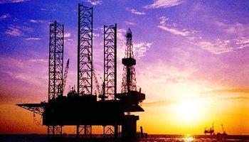 Se desplomó 3,8% el petróleo y tocó mínimos de cuatro años