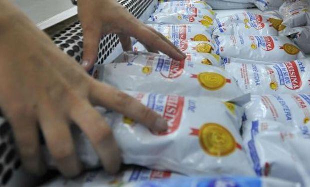 """Supermercados aseguran que la leche tiene un """"margen negativo"""" para el sector."""